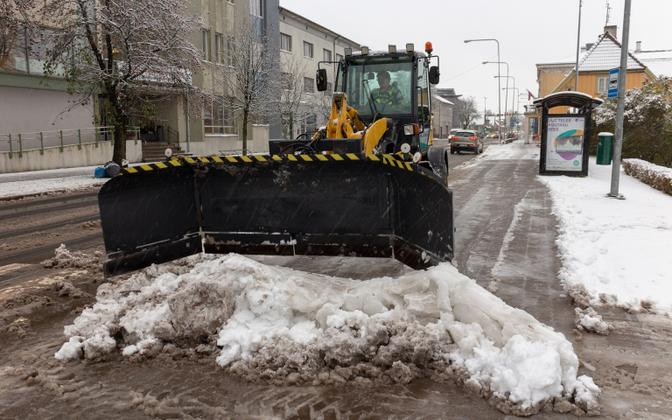 Snow clearing in process on a Tallinn street, 17 December. 2018