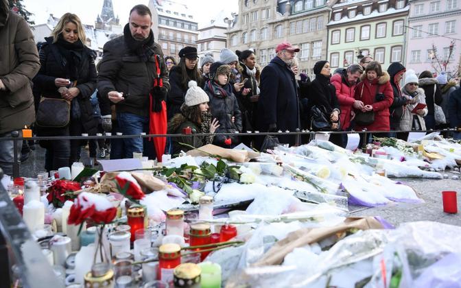 Inimesed mälestamas Strasbourg'i jõuluturul toimunud tulistamises hukkunuid.
