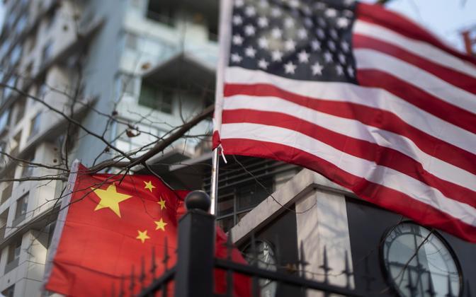 Hiina ja USA lipud Pekingis.