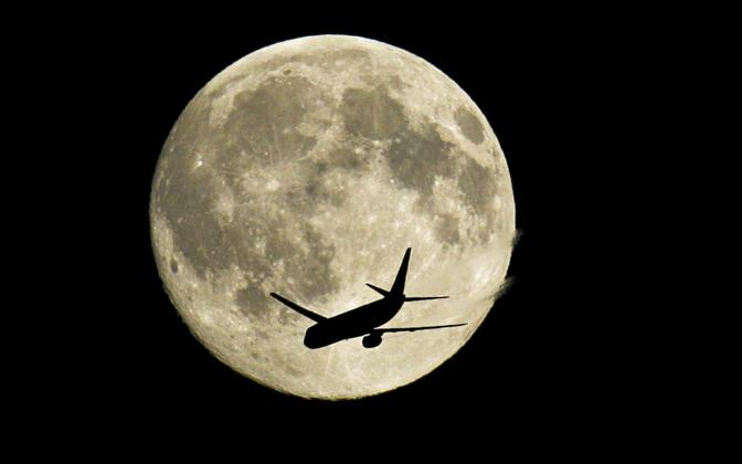 Reisilennuk ja Kuu.