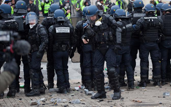 Märulipolitseinikud Pariisis kollavestide rahutuste ajal.
