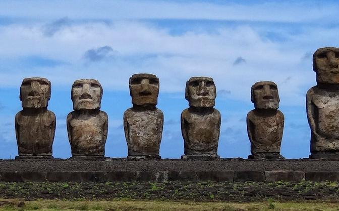 Lihavõttesaare moaid ehk vulkaanilisest kivimist tohutud inimskulptuurid.