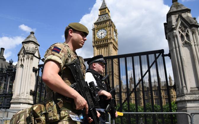 Briti sõdurid Londonis 2017. aastal terrorismivastasel patrullil koos politseiga.