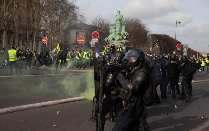 Järjekorras 13. laupäeva toimunud kollavestide protest Pariisis.