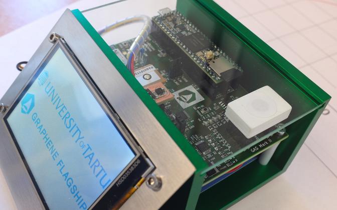Tartu Ülikooli teadlaste arendatud sensor on väikese valge karbi sees, kus asub sensormaatriks. Sensor on lisaks kaetud kaitsva teflonfiltriga. Üheaegselt töötavad neli poole ruutmillimeetrist sensorit, mis annavadki ühtekokku info välisõhu saastatusest.