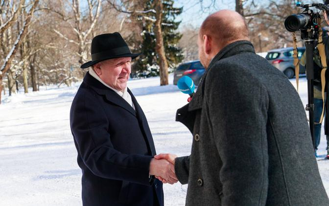 Isamaa chairman Helir-Valdor Seeder (right) shaking hands with EKRE chairman Mart Helme (left) at Kadriorg on Wednsday. 6 March 2019.