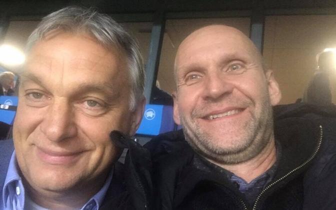 Viktor Orban ja Helir-Valdor Seeder 2018. aasta oktoobris Tallinnas jalgpallikoondiste kohtumist vaatamas.