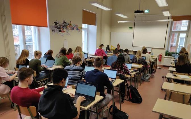 Tartu Jaan Poska Gümnaasiumi koolis kirjutas e-etteütlust 407 inimest, siin üks väike osa neist