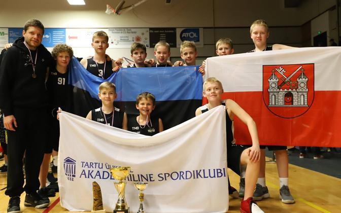 Tartu Ülikooli Korvpallikooli U-13 poisid koos treener Gert Prantsiga.