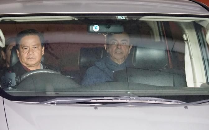 Carlos Ghosn (paremal) oma elukohast Tokyos lahkumas.
