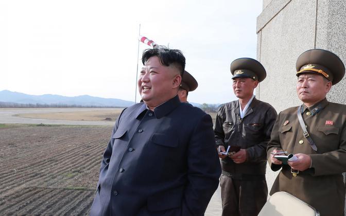 Kim Jong-un õppusi jälgimas.