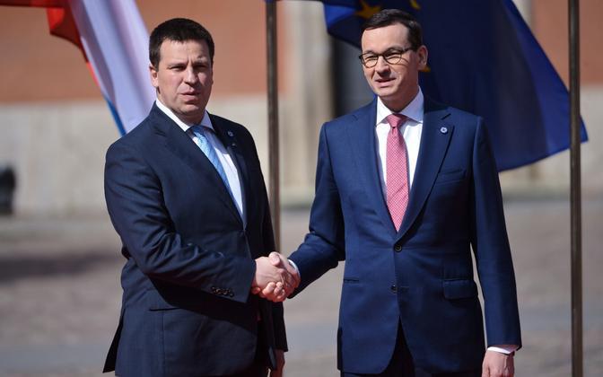 Poola peaminister Mateusz Morawiecki tervitab Varssavis Jüri Ratast.