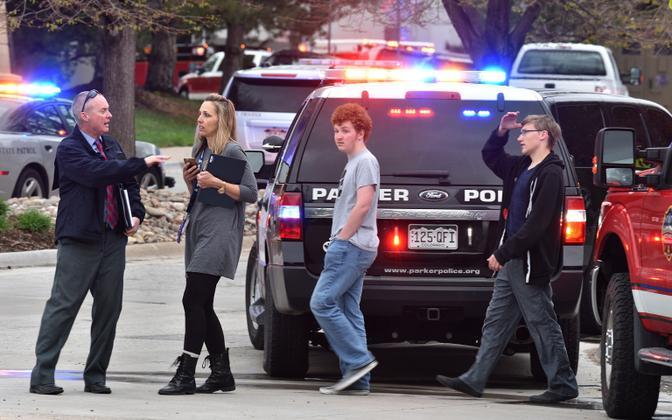 Evakueeritud õpilased STEM School Highlands Ranchi kooli juures.