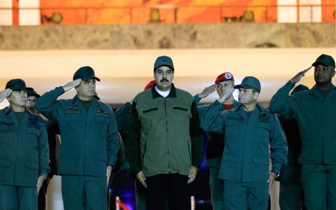 Venezuela juht Nicolas Maduro koos sõjaväelastega.