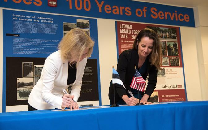 Kadi Silde (vasakul) ja Kathryn Wheelbarger Pentagonis lepet allkirjastamas.