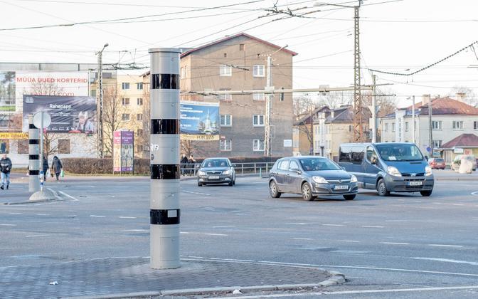 Камеры контроля скорости на перекрестке у ТЦ