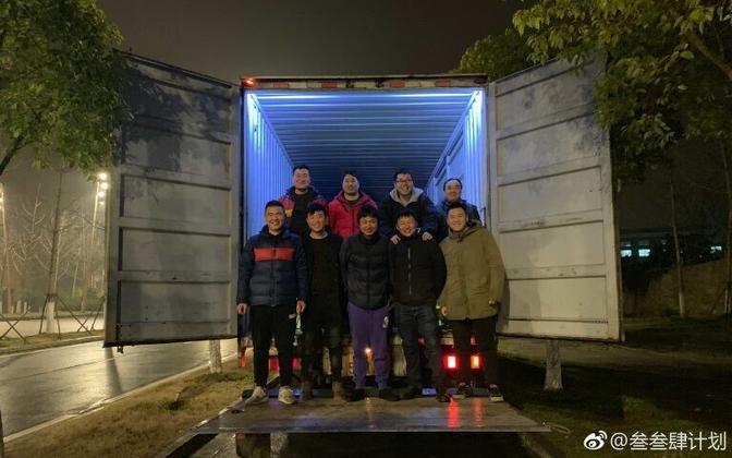 Li Zhi (keskel) muusikutega veebruaris Sichuanis.