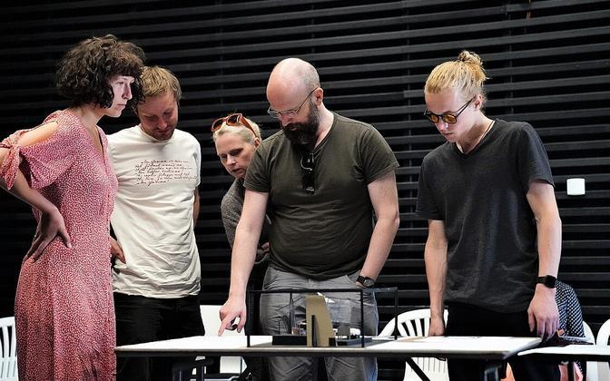 Rakvere teatris võeti vastu Madis Kalmeti uuslavastuse kavandid.
