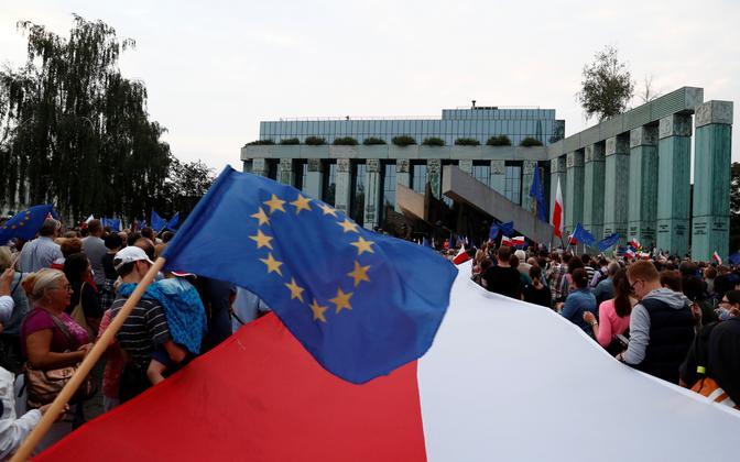 EL-i toetavad meeleavaldajad Poola ülemkohtu hoone juures.