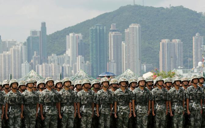 Hiina sõdurid Hongkongi taustal.