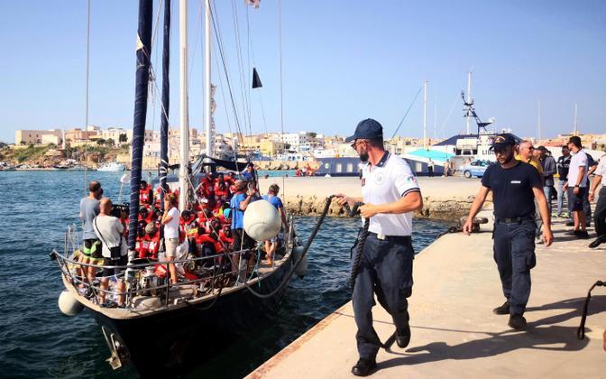 Itaalia siseministri keelust hoolimata Lampedusal sildunud migrandilaev.