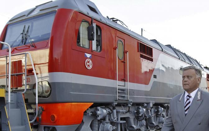 Venemaa raudteede kauane juht Vladimir Jakunin veduri taustal