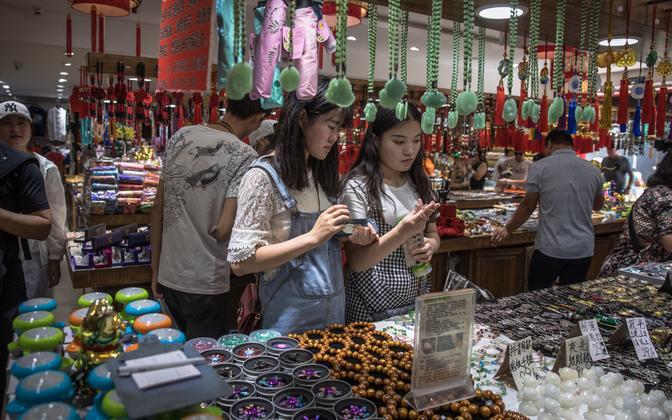 Hiinlannad uurivad kaupa Wangfujingi poekeskuses Pekingis.
