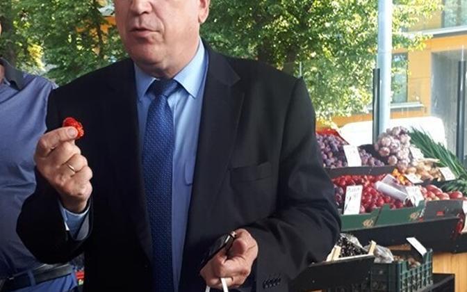 Maaeluminister Mart Järvik Balti jaama turul maasikareidil.