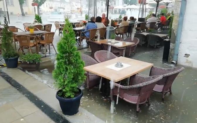 Vihmavette uppunud kohvik Kuressaares.