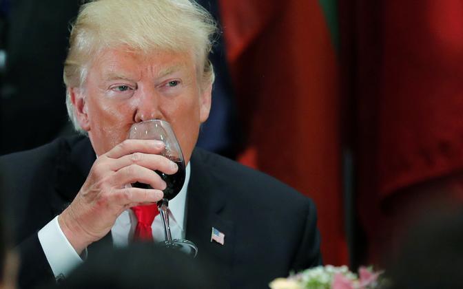 Karsklane Trump ÜRO lõunasöögil veiniklaasist dieetkoolat joomas.