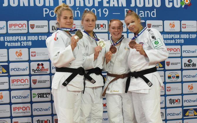 Annika Karilaid (vasakul)