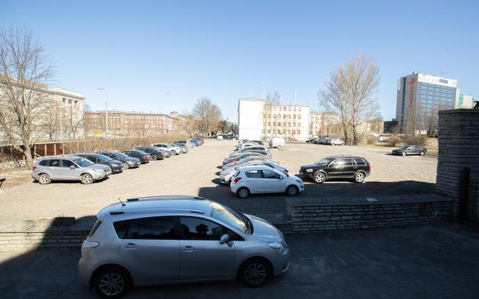 Uus koolimaja ehitatakse endise Tallinna Ülikooli ühiselamu kohale, kus praegu asub parkla.