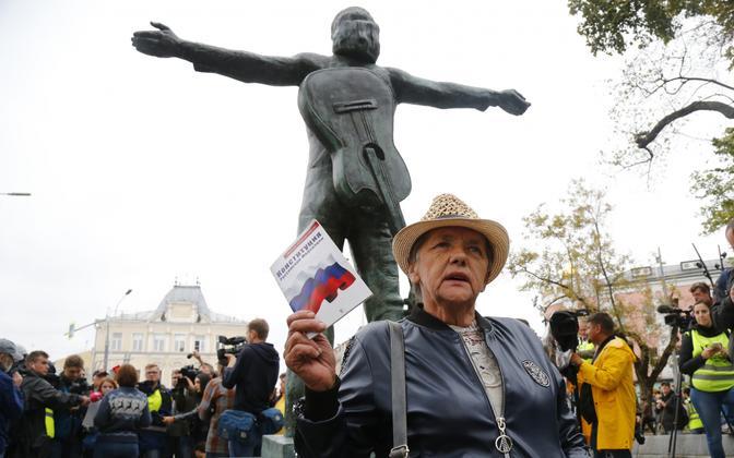 Opositsiooni aktivist protestimas nõukogude-aegse legendaarse muusiku ja näitleja Vladimir Võssotski monumendi juures.