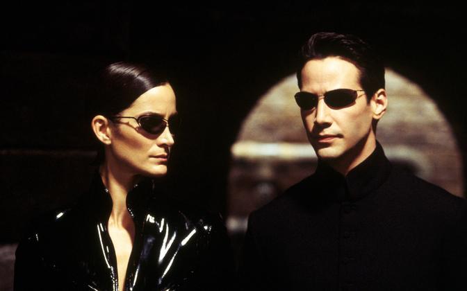 Keanu Reeves (paremal) ja Carrie-Anne Moss filmis