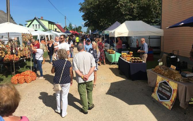 Lüübnitsa Village onion market.