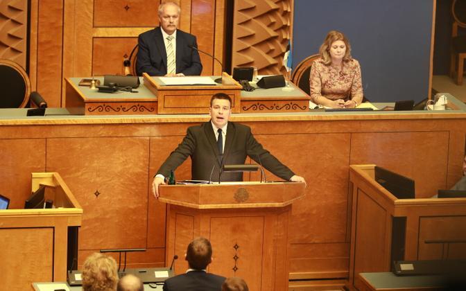 Prime Minister Jüri Ratas (Centre) addressing MPs at Friday's extraordinary Riigikogu sitting. Aug. 30, 2019.