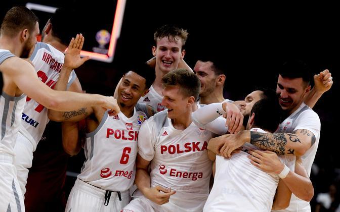 Poola korvpallikoondislased võitu tähistama
