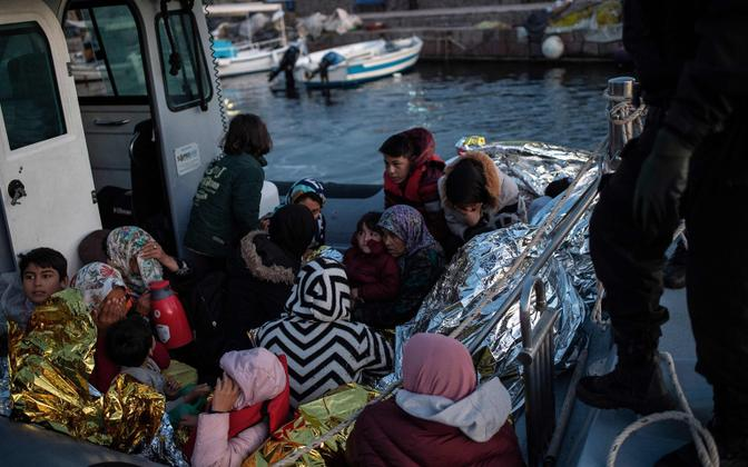 Migrandid Kreeka rannavalve päästepaadis.