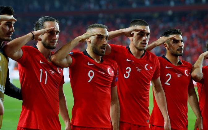 Türgi jalgpallikoondise sõjasaluut peale võiduväravat Albaania vastu