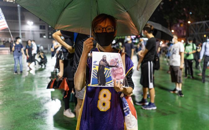 Hongkongi meeleavaldaja fotoga, kus on kujutatud LeBron Jamesi Hiina rahaga