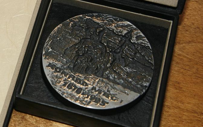 Konrad Mäe nimelise preemiaga kaasneva medali autor on metallikunstnik Enn Johannes.