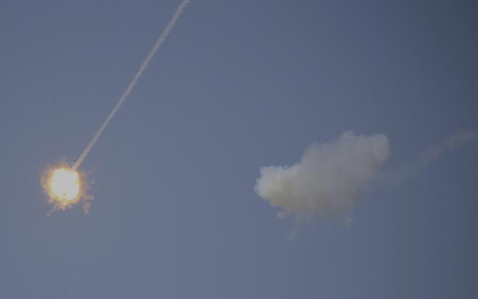 Iisraeli õhukaitserakett tegemas kahjutuks Gazast tulistatud raketti.