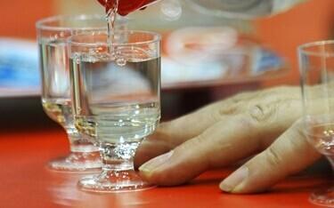 Причиной отравления мог стать алкоголь неизвестного происхождения. Иллюстративная фотография.