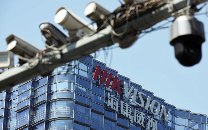 Jälgimiskaamerad vastvaid süsteeme tootva Hikvision kontori ees tänaval Hangzhous.