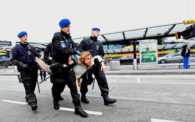Kliimaprotestija kinnipidamine Schipholi lennujaamas.