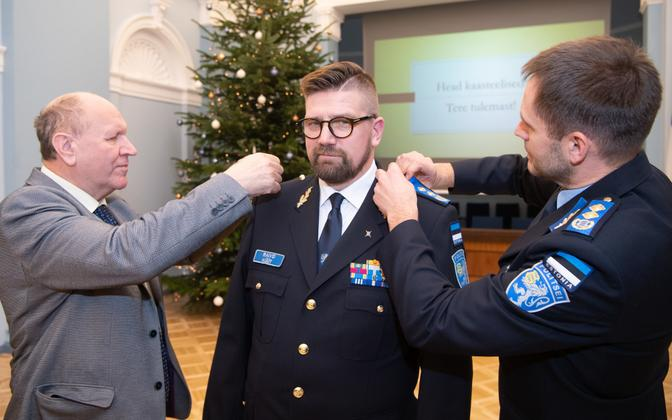 Mart Helme ja Elmar Vaher kinnitavad Raivo Küüdi vormile kõrgemad pagunid