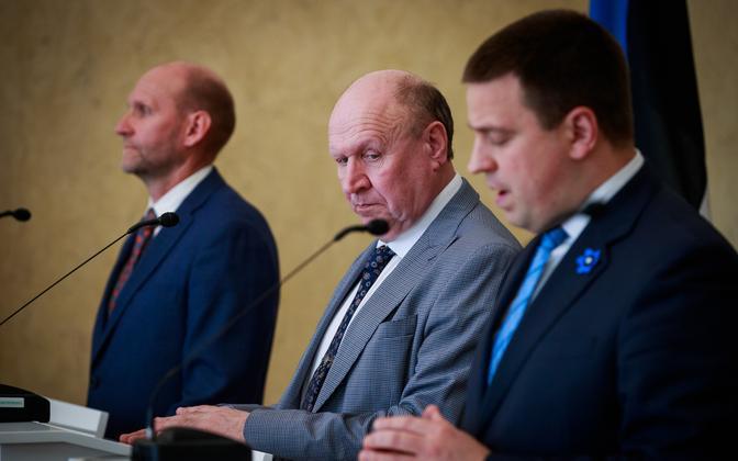 EKRE leader Mart Helme (middle of photo) with Prime Minister Jüri Ratas (right) and Isamaa leader Helir-Valdor Seeder.