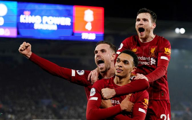 Liverpooli mängijad väravat tähistamas.