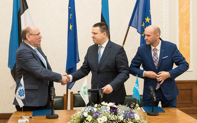 Mart Helme, Jüri Ratas ja Helir-Valdor Seeder tähistavad koalitsioonileppe allkirjastamist.