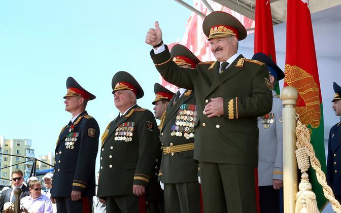 Valgevene autoritaarne president Aleksandr Lukašenko sõjaväeparaadil.